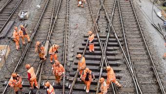 Schlussspurt bei den Reparaturarbeiten im Bahnhof Luzern. Ab Montagmorgen sollen die Züge wieder planmässig verkehren.