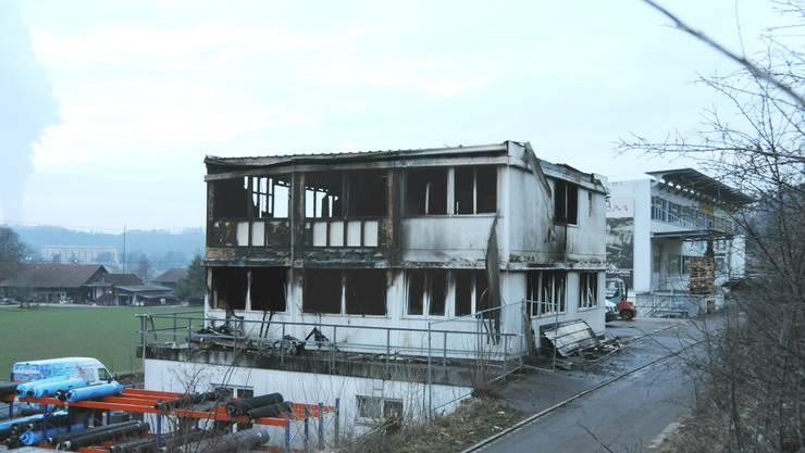 Das ausgebrannte Gewerbegebäude mit der Fischzucht im Klingnauer Industriegebiet Zelgli, einen Tag nach dem Grossbrand, am 11. Januar 2018.