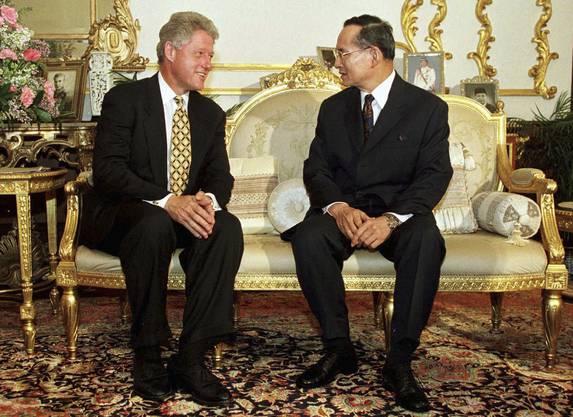 25. November 1996: Der damalige US-Präsident Bill Clinton trifft König Bhumibol in Bangkok.