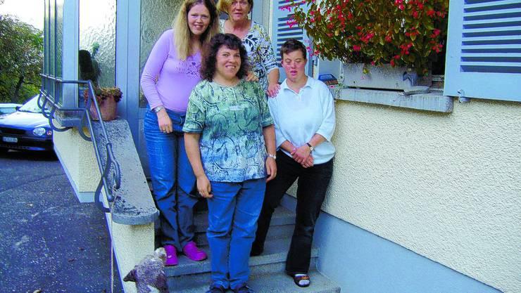 Warmherzig: Das Jabahe-Gespann, hinten v. l.: Chantal Bravaud, Leiterin Therese Frei, vorn: Bernadette Marti, Carolin Winter. (Bild: IGU)