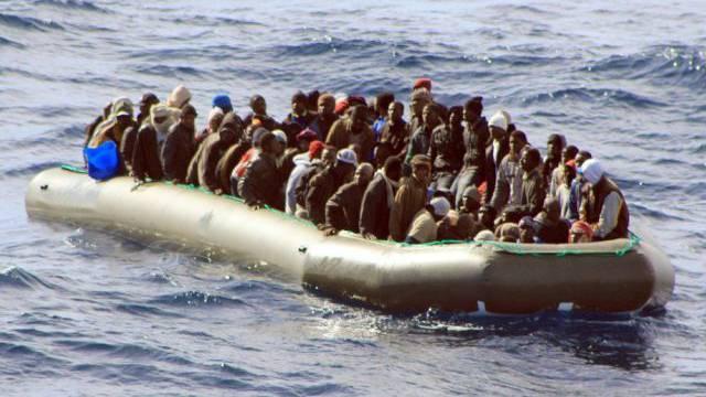 Ein Boot mit afrikanischen Flüchtlingen vor Italiens Küste (Archiv)