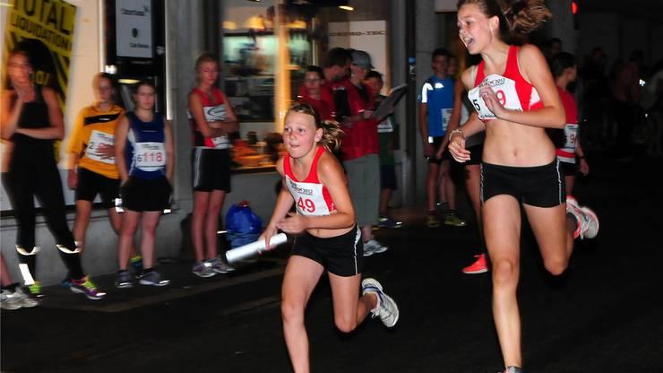 Die Siegerinnen der Kategorie D, die Mädchen des STV Selzach, bei der Stabübergabe. Hans Peter Schläfli