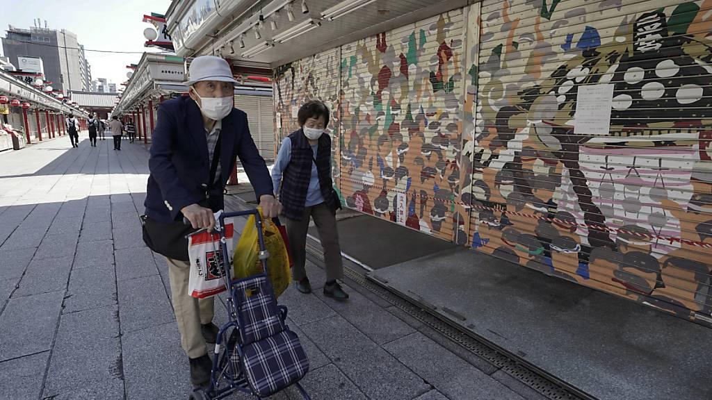 Ältere oder behinderte Japaner können nun in einem Einkaufszentrum an speziellen «langsamen Kassen» bezahlen. (Foto: KIMIMASA MAYAMA/EPA/KEYSTONE)