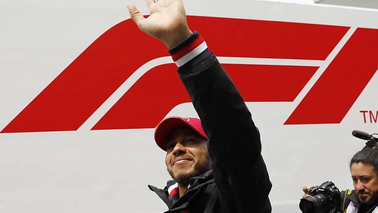 Lewis Hamilton winkt zum 75. Mal als Sieger eines Formel-1-Rennens