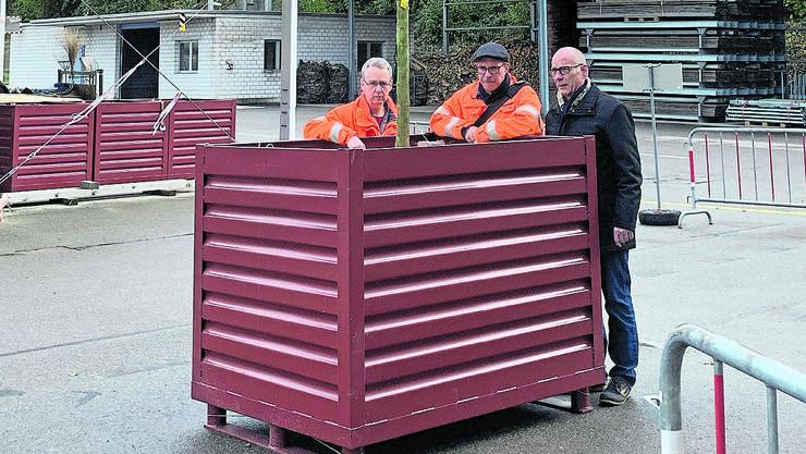 Stadtrat Martin Stücheli, Christian Brenner, Leiter Tiefbauamt, und Peter Ulmann, Werkhof, (v.r.) mit einem Baumcontainer.