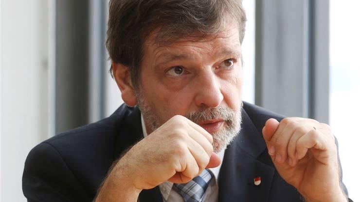 Finanzdirektor Roland Heim erläutert die Vorlage zur Ausfinanzierung der Pensionskasse.
