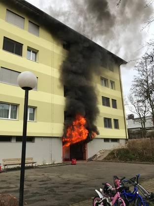 Der Brand entfachte sich im Erdgeschoss eines Mehrfamilienhauses.