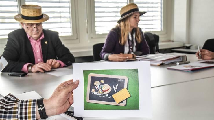 «Huet isch Trumpf»: Gemeinderat Ruedi Donat und Kultursekretärin Claudia Nick an der Medienkonferenz zum Thema Donnschtig-Jass in Wohlen.