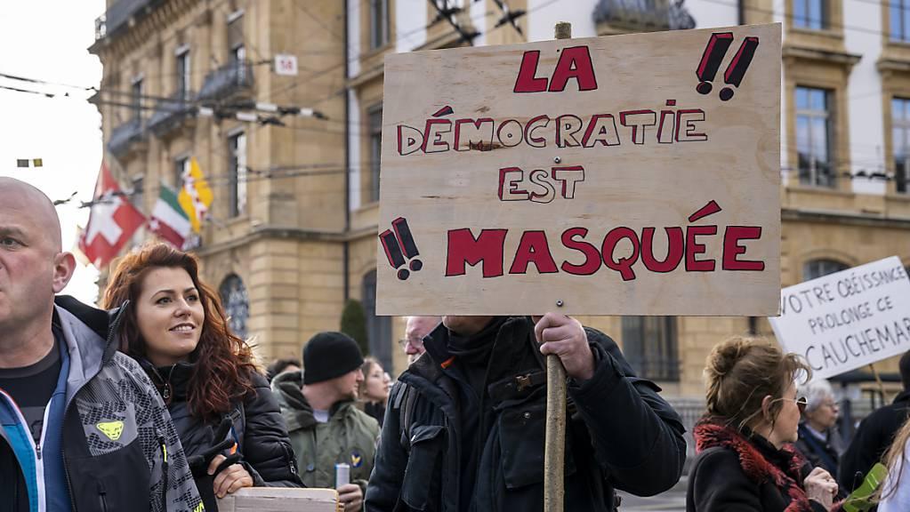 «Die Demokratie ist maskiert»: Demonstrantinnen und Demonstranten in Neuenburg.