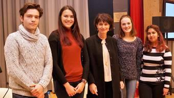 (V.l.): Rafael Duarte Mann, Kimberley Auchli, Lara Theiler, Kirti Garg posieren mit Bundespräsidentin Doris Leuthard. zvg