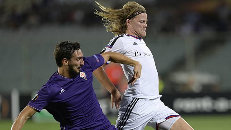 Davide Astori mit der Fiorentina gegen den FC Basel, hier gegen Bjarnason