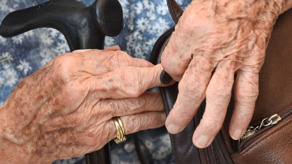 ARCHIV - Eine 100 Jahre alte Frau nestelt während eines Pressegesprächs am Rande des Deutschen Seniorentags an ihrer Handtasche. Die Zahl der Hochbetagten in Deutschland hat einen Höchststand erreicht. 2020 waren laut Statistischem Bundesamt 20 465 Menschen 100 Jahre oder älter. Das waren 3523 mehr als 2019. Foto: Arne Dedert/dpa