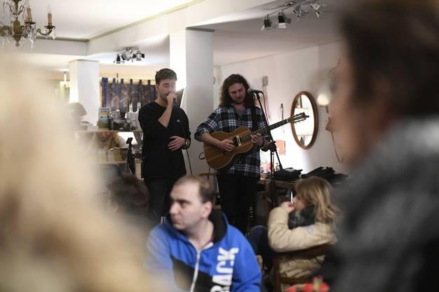 """Im Edu's an der Schmiedegasse das Duo """"DUS"""", ein Bündner und ein Oberländer lassen rätorromanischen Gesang mit Gitarre verschmelzen."""
