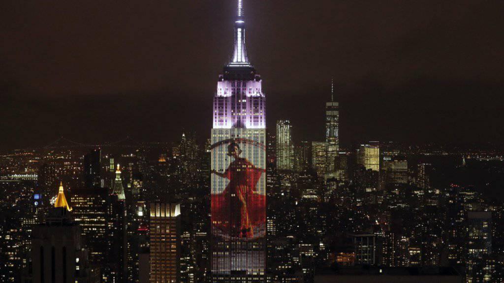 Mit Illuminationen am Empire State Building in New York wurde das 150-Jahr-Jubiläum des Magazins Harper's Bazaar gefeiert.