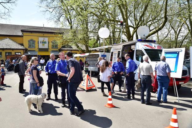 Die Quartierpolizei öffnet ihr Fahrzeug für Jung und Alt.
