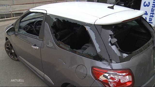 Auto von Unbekannten mit Beil vollends zerstört