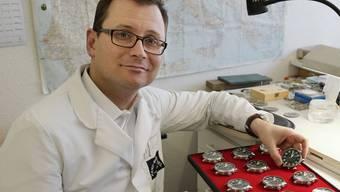 Patrik-Philipp Huber mit einer Serie imposanter Zeno-Uhren.