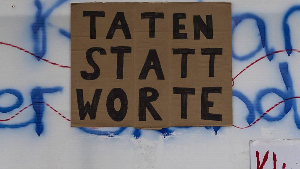 Bei einer Klimastreik-Aktion werden Plakate an einer Bauwand bei der Kaserne Basel angebracht (Archivbild vom 15. Mai 2020).