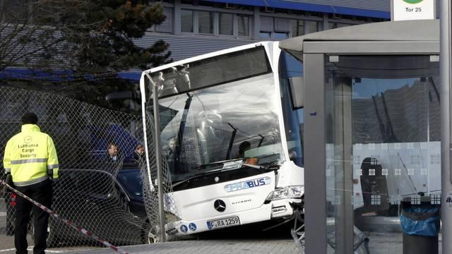Eine Tote nach dem Busunglück am Frankfurter Flughafen