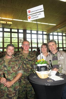 Die Unterengstringer Soldaten zusammen mit Gemeindevertreter Charlotte Kälin und Rolf Stucki