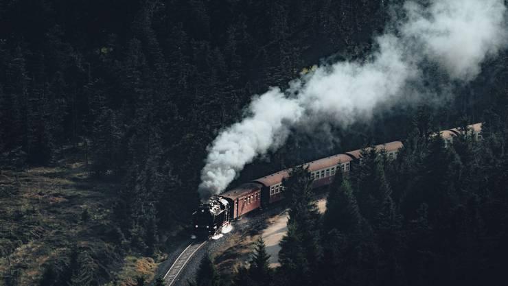 Die Brockenbahn: Ein Pfiff, dann macht sie sich schnaufend auf ihren anstrengenden Weg bergauf: Mehrmals täglich startet die Brockenbahn vom Bahnhof in Wernigerode in Richtung Gipfel - im Sommer ebenso wie im Winter, wenn der Harz und seine höchste Erhebung tief verschneit sind.