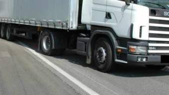 Der Lastwagenfahrer fuhr in einen Kandelaber. (Symbolbild)