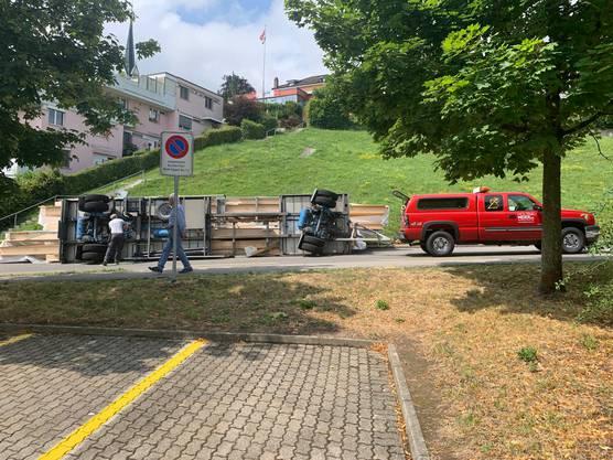 Muri, 15. Juli: Laut der Polizei war der Chevrolet mit seinem Anhänger zu schnell unterwegs, worauf der Fahrer die Herrschaft über die Komposition verlor.