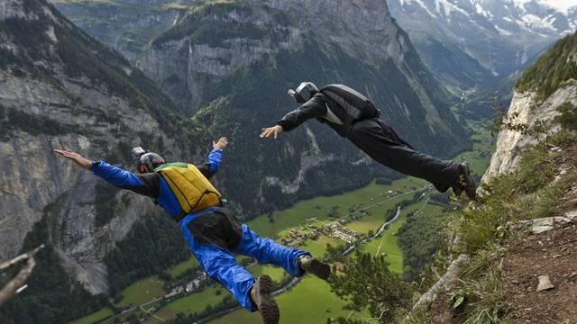 Zwei Basejumper springen im Lauterbrunnental von einem Felsen (Symbolbild)