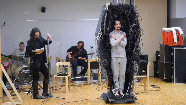 Musiker und Schauspieler feilen in der Fotohalle Schlieren an den letzten Details.