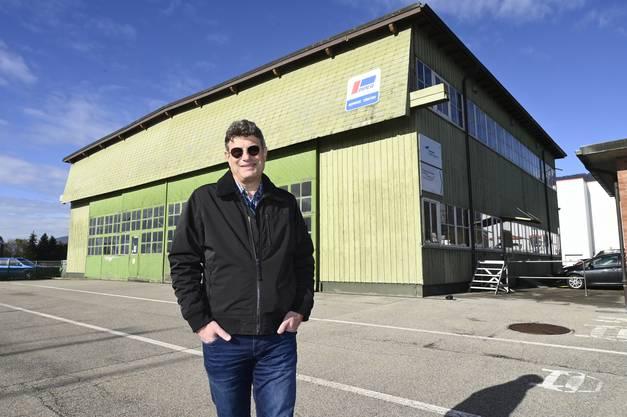 Der Verwaltungsratspräsident der Centaurium Aviation Ldt, welche den Swiss Rotor Hub bauen will, steht vor dem alten Farner Hangar, der dem Neubau weichen soll.