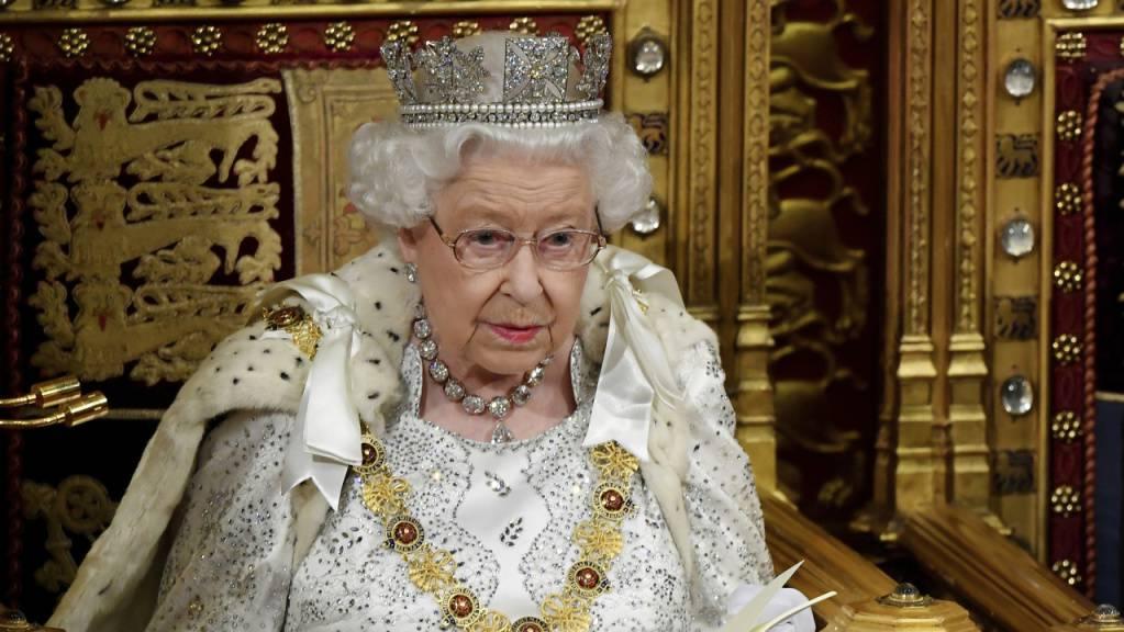 Die britische Königin Elizabeth II. hat am Montag mit dem Verlesen des Regierungsprogramms das Parlament in London nach der Herbstpause eröffnet.