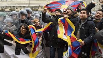Einige junge Personen demonstrierten am Nachmittag ohne Bewilligung auf dem Bärenplatz. Die Polizei stoppte die Aktion und führte die Protestierenden ab.