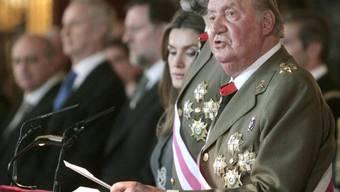 Spaniens König Juan Carlos hält nach der Militärparade eine Rede