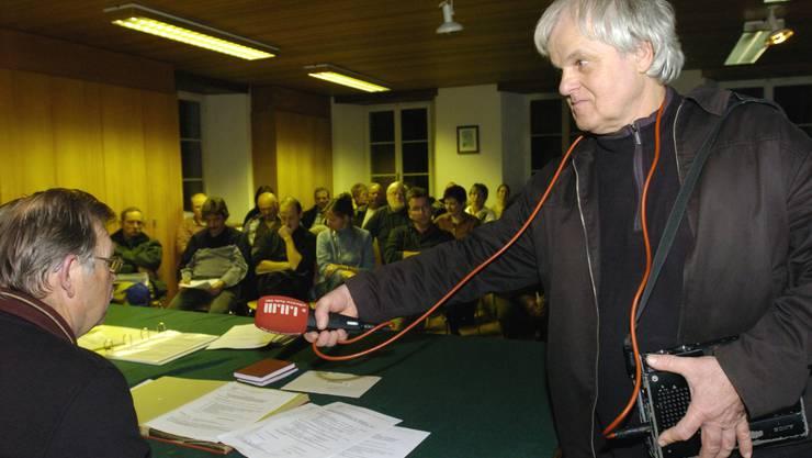 Peter Jaeggi im 2005. Hier nahm er für die «tönende Dorfchronik» Klanggeräusche aus der Gemeindeversammlung auf.