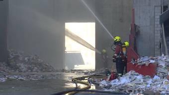 In einer Lagerhalle einer Altpapierverwertungsfirma kam es zum Brand.