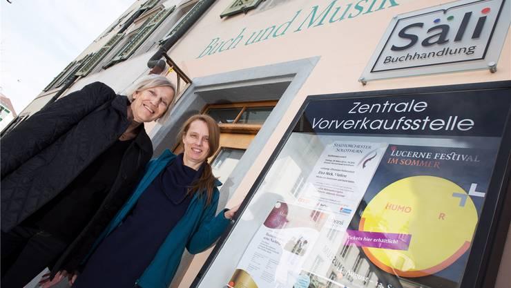 Die bisherige Ticketverkäuferin Helene Eigenmann (l.) und Sabine Schafroth-Dürr, Leiterin der Säli-Buchhandlung.