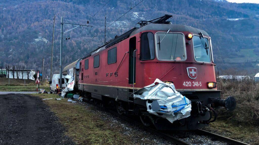 Nur mit leichten Verletzungen davongekommen ist der Fahrer eines Lieferwagens, dessen Fahrzeug im Wallis von einem Zug zermalmt wurde.