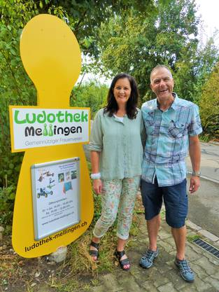 Hinweisschild Ludothek Mellingen mit Susanne und Konrad Herzog Lastech AG