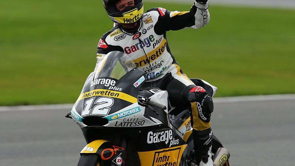 Tom Lüthi winkt nach seinem zwölften GP-Sieg den Zuschauern in Silverstone