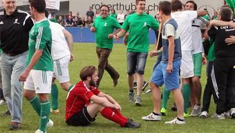 Inmitten von jubelnden Gontenschwiler Anhänger und Spieler sitzt der enttäuschte Rothrister Lino Zobrist.