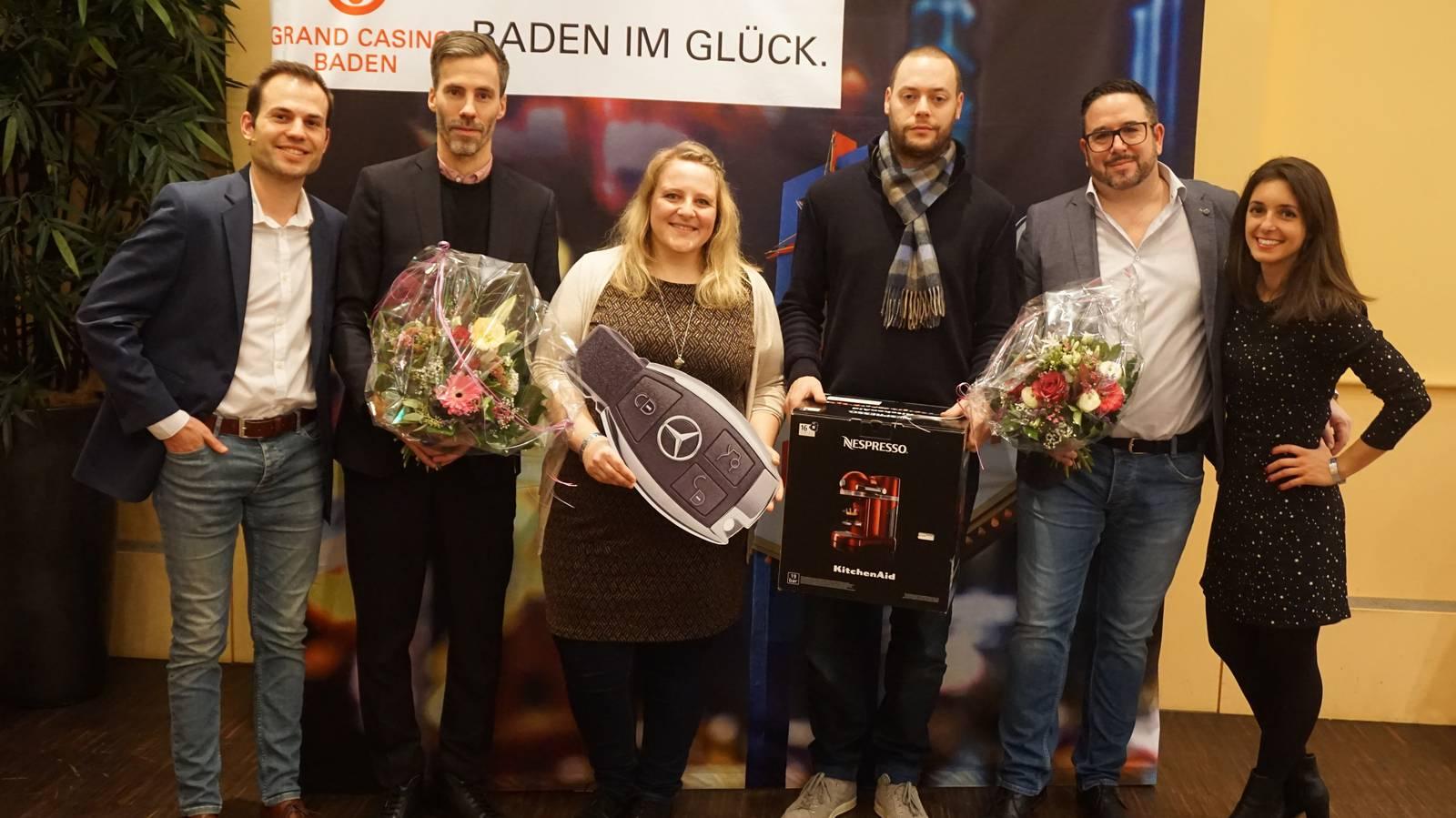 Siegerin Pia, Finalist Sandro, die Moderatoren Ralph Steiner und Céline Werdelis, Marco Kugel (Leiter Events Radio) und Beat Lehmann vom Grand Casino Baden. (© Radio 24)