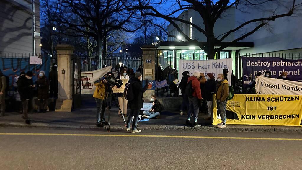 Vor dem Basler Strafgericht demonstrierten rund 70 Klimaaktivistinnen und Aktivisten gegen die Bestrafung der Teilnehmerinnen und Teilnehmer der Blockade-Kundgebung vom 8. Juli 2019.