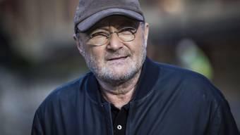 """Nach einer Rücken-OP ist Sänger Phil Collins mit Gehstock unterwegs - es gehe ihm aber """"pro Woche einen Millimeter"""" besser. (Archivbild)"""