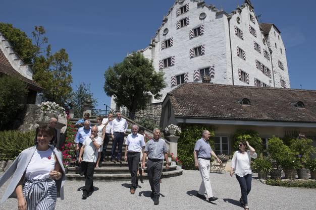 Der Bundesrat posiert mit der Aargauer Regierung auf der Schlosstreppe. Das Bundesratsreisli von Bundespräsidentin Doris Leuthard im Kanton Aargau führte aufs Schloss Wildegg, 6. Juli 2017.