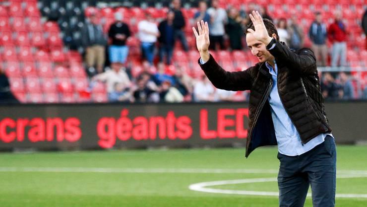Nach dem 4:0 im Barrage-Hinspiel in Neuenburg macht Sandro Burki die La-Ola-Welle vor den FCA-Fans – die wollen, dass der Sportchef bleibt.