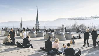 Studierende geniessen die Sonne auf der Polyterasse der ETH Zürich. Woie viele von ihnen kehren nach dem Studium wieder in ihren Heimatkanton zurück. Bild: KEY