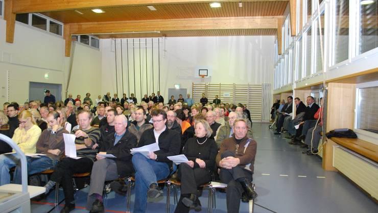 Grossaufmarsch: Obwohl zu Beginn der Gemeindeversammlung noch Stühle in den Saal gebracht wurden, fanden nicht alle einen Sitzplatz. (Foto: lbr)