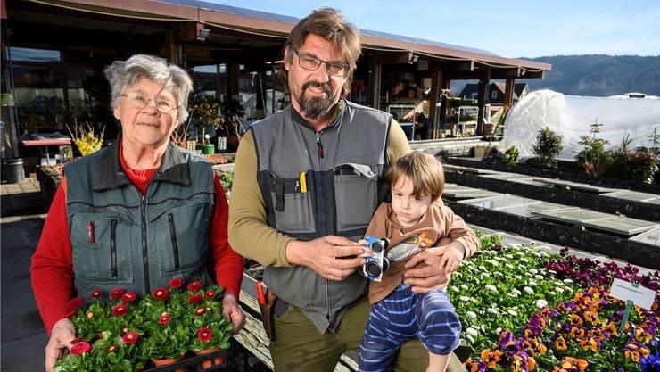 Wenn Adrian Hospenthal (hier mit Sohn Florian) in der Gärtnerei nicht weiter weiss, holt er sich Rat bei seiner Mutter Hanna.