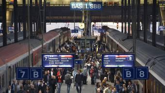 Pendler im Bahnhof Basel.