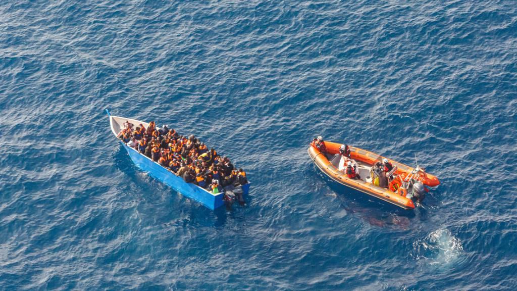 ARCHIV - Ein früherer Rettungseinsatz der Besatzung eines Sea-Watch-Schiffs auf dem Mittelmeer. Auf der «Sea-Watch 4» befinden sich laut Angaben der privaten Seenotretter derzeit 120 Migranten, die sie innerhalb der vergangen Woche aus dem Meer gerettet haben. Foto: David Lohmueller/Sea-Watch/dpa - ACHTUNG: Nur zur redaktionellen Verwendung im Zusammenhang mit der aktuellen Berichterstattung und nur mit vollständiger Nennung des vorstehenden Credits